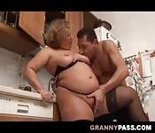 Sesso maturo con una nonna tettona