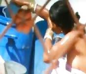 Indienne qui se lave vue par un voyeur