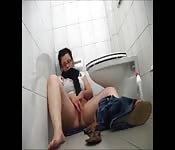 Se caressant dans la salle de bain