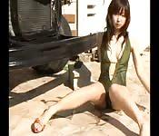 Piękna Japonka pozuje w stroju kąpielowym