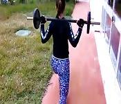 Garota com calças de academia treinando