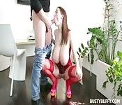 Rothaarige erotische Frau bläst und wird geknallt