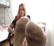 Studentka pokazuje swoje stopy
