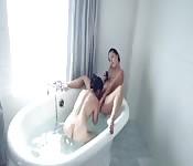 En la bañera con dos bellezas