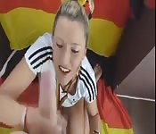Sportliche Blondine kniet sich zum Blasen hin