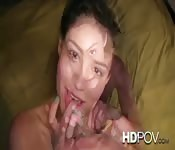 Een mooie vrouw met gekruld haar