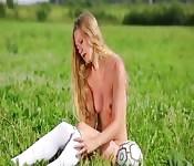 Jogadora de futebol da Europa tira a roupa no campo