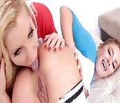 Doces lésbicas loiras lambem o buraco
