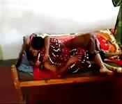 Indisches Pärchen poppt vor der Kamera
