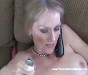 Reife blonde Amateurin fickt gerne am Telefon