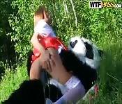 Chapéuzinho vermelho fodendo com um panda na mata