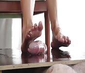 Fetichista con los pies lo hace correrse