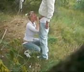 La cámara los pilla follando en el campo