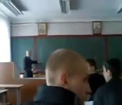 Studentessa fa una sega al suo fidanzato in classe