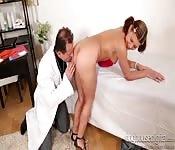 Ragazza giovane scopata nel culo dal dottore