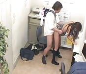 Japanse meisje gechanteerd om te zuigen en neuken