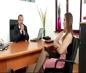 Une fille au bureau baisée par le boss