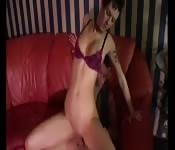 Une strip teaseuse prend soin de son client