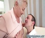 Blonde Oma und junger Mann