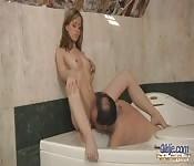 Baño de burbujas para un tipo viejo y una joven sexy