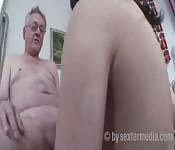 Alter Mann hat Sex mit junger Frau