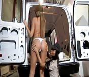 Due amiche si danno piacere a vicenda in un furgone