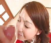 Salope japonaise coquine se fait éjaculer dessus