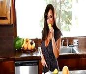Sexy dona de casa se masturbando na cozinha