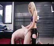 Kleine Blondine fickt ihren Sklaven