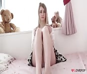 Novinha com tesão exibe sua calcinha