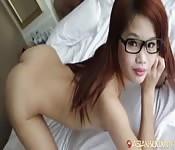 Novinha de óculos fodendo