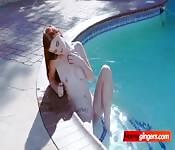 Una rossa magra scopata a bordo piscina