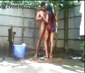 Partager une douche en plein air