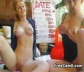 Deux blondes cherchant l'orgasme