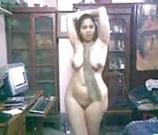Molliges indisches Luder legt sexy Striptease auf