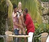 Tarra White geneukt door twee mannen