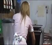 Cozinheira jovem e magra