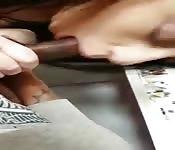 Uma amadora fazendo uma mamada