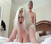 Unos viejos follan en su habitación