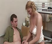 Une prof baise un étudiant dans le dortoir