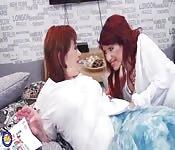 Des milfs lesbiennes se câlinent et se baisent