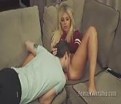 Teen bionda sexy ha il suo culo mangiato