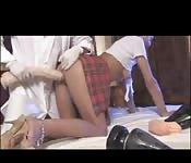 Süße heiße Teenagerin mit großem Dildo