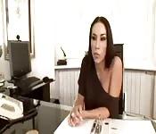 Een sexy brunette interviewen