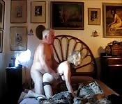 Um anal hardcore faz gemer a uma avó