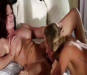 Przyjemny seks lesbijski w domu