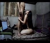 Une ado amatrice qui essaye le porno