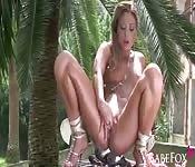 Una fica tutta sola in un'ambiente tropicale