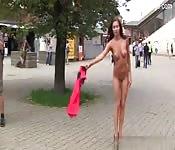Modelo exibicionista passeia pelas a ruas