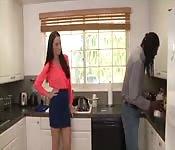 ¡Cuando el esposo sale, entra el joven negro!